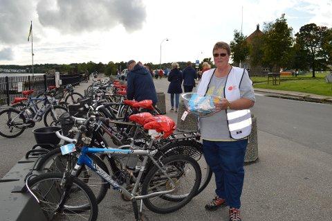 PASSER SYKKELEN DIN: Monica Engdal, som er på dugnad for Kårkerøy og Gressvik idrettslag, er blant dem som har tatt på seg oppgaven med å passe sykkelen din i kveld.