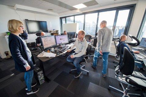 Leder for den felles utgavedesken for Fredriksstad Blad og Sarpsborg Arbeiderblad, Tor Viskum, i samtale med journalist Tonje Holter.