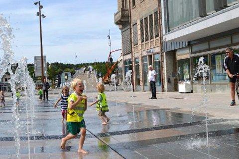Fontene på Stortorvet er til stor glede for de yngste sommeren gjennom.