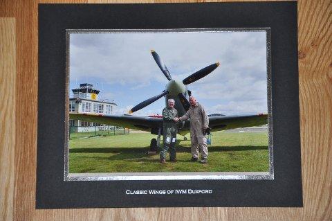 """""""FLYGAL"""": Kona og sønnene våre spanderte en forskuddspresang på jubilanten i august 1917. Jon Harald fikk fly en Spitfire mk IX T 1943 modell i 50 minutter fra Duxford i England."""