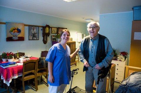 Når sykepleier Camilla Jakobsen på Rolvsøy sykehjem og andre faste ansatte tar ferie trenger kommuen noen til å gi de eldre, som beboerThor Ileby (81), det lille ekstra om sommeren.