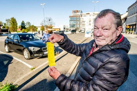 LYNRASK BOT: Thomas og Gerd Lyng (i bakgrunnen) fikk parkeringsbot på Damskipsbrygga for ikke å ha betalt avgift i tidsrommet mellom klokken 12.35 og 12.40. Men kvitteringen i parkeringsappen viser at betalingen ble registrert klokken 12.38.
