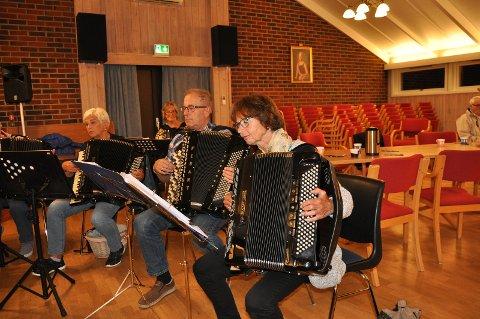 Konsentrerte medlemmer i  Fredrikstad Trekkspillklubb øver til tirsdagens konsert.