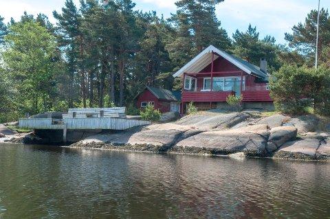 Oslofjordens Friluftsråd frafalt rivning av hytta  da de fikk råd  fra advokat om at saken  ikke sto så sterkt. Hytta ligger fantastisk til, på en øy for seg selv på grensen mellom Hvaler og Fredrikstad.