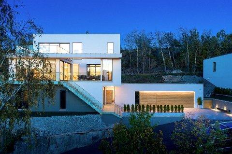 Den 320 kvadratmeter store funkisvillaen på Gressvik ligger nå ute til 13,5 millioner kroner. Trykk på pilene for å se flere bilder.