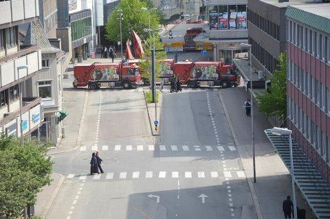 Hindret innkjøring: Fredrikstad kommunes biler sperret gater før 17. mai-toget i år. (Arkivfoto: Kristian Bolstad)