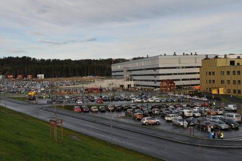 Dennis R. Brorstrøm mener det må gå an å tilby gratis parkering  utenfor sykehuset.  Sykehsuet svarer med at det er viktig at så mange som mulig reiser kollektivt, noe p- avgift kan bidra til.