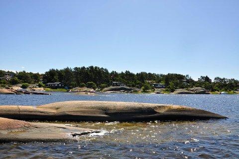 På Siljeholmen  har hytteeier og grunneier vært uenige om innløsningssummen for en hyttetomt.  Bildet er et illustrasjonsfoto fra en tilfeldig del av øya, tatt på en fin sommerdag.