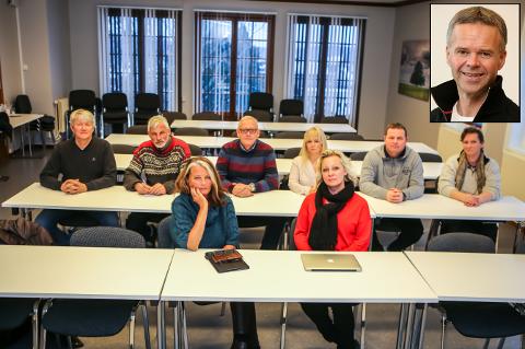 Ivar Øvrevaage (nummer tre bak fra venstre), Merethe Ekeberg (nummer fire), Stine Stensrød (ytterst til høyre bak), Kjersti Bakker og Fredrikke Stensrød (begge foran) satt i kommunestyret for Frp før de meldte seg ut. Nå er de gått over til Høyre, sammen med Odd-Roger Duun, Arild Norum og Terje Lerstein i styret/vararepresentanter. Jusprofessor Geri Woxholth (innfelt) reagerer kraftig på at styret tømte store deler av lokallagskontoen først.