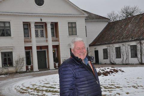 HERSKAPELIG: Svend Fosdahl foran hovedbygget og sidebygningen på Nes Herregård.