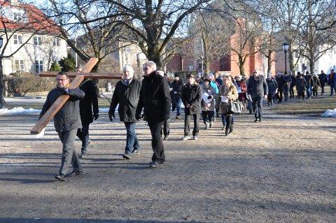 LANGFREDAG: Korsvandringen gjennom Fredrikstad samlet i år nær 60 deltagere.