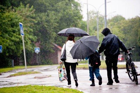 VÅTT OG VARMT: Mandag måtte man i perioder finne frem paraplyen om man skulle bevege seg ute, og det kan skje flere ganger denne uka. Men innimellom bygene blir det både varmt og tørt, skal vi tro meteorologen.