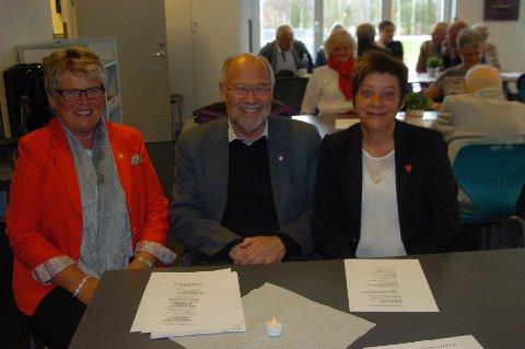 TATT VEL I MOT: Det er ikke første gang Svein Roald Hansen er i Rakkestad. Her sammen med ordfører Ellen Solbrække og leder av Rakkestad AP, Unni Ødegård (t.v). (Foto: John Byman)