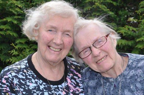 HOLDER SAMMEN: Tvillingene Aslaug (til venstre) og Marie Iversby feirer dagen sammen i Fredrikstad Frikirke 2. juni.