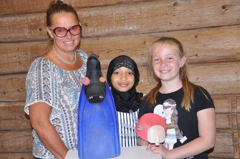 STRANDDYR: - Marint søppel blir kunst i Råde, forteller Elisabeth K. Solberg (faglig leder) sammen med elevene Sabrine Abdulkir og Tomine Dahl Nytveit (til høyre) med hver sine kunstverk.