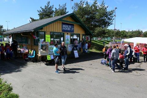Cup-kiosk: Fotballcupen Minifestivalen går av stabelen på Lisleby for 33. gang. Sommervarmen fortsetter, så spillerne vil nok danne lange køer i kiosken på Sentralidrettsanlegget.