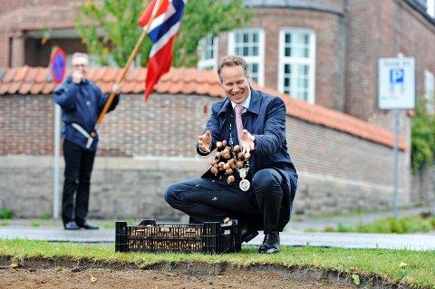 Planter. Ordfører Jon-Ivar Nygård har tidligere plantet krokusløker. Nå skal han plante et fredstre.