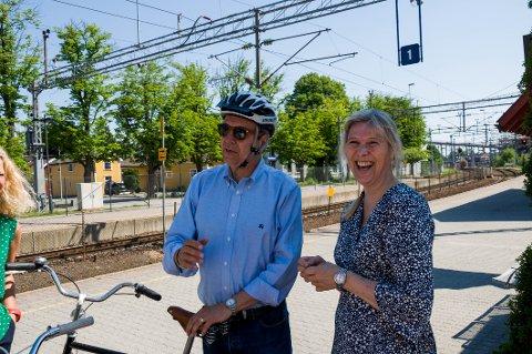 Plan- og samfunnsutviklingssjef Hege Marie Edvardsen har all grunn til å glise; Fredrikstad er i vinden. Her på sykkeltur med den verdenskjente byutviklingsguruen Gil Penalosa.