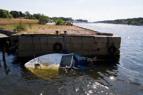 """Denne gamle snekka ga denne uka """"etter"""" og sank på Glombo. Det lekker diesel fra båten."""