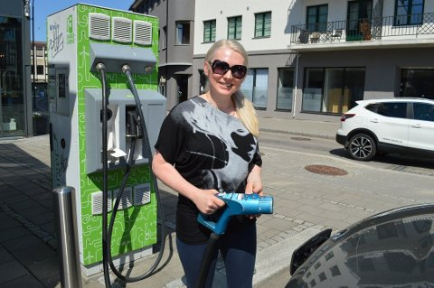 Får flere ladepunkter: Elbilfører Renata Samuel var glad for at det nå blir flere ladepunkter i Fredrikstad – og hun synes en prislapp på 50 kroner i timen for både parkering og lading høres helt OK ut. (Arkivfoto: Marianne Holøien)
