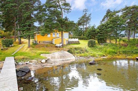 Drøm i vannkanten: Fra denne hytta på Skjæløy, som ligger ute til 8,8 millioner kroner, er det ikke mange skrittene til vannet.