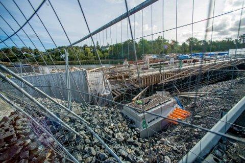 VANSKELIG: Arbeidet med den nye Seutbrua har vist seg å være vanskelig. Nå er en krangel mellom entreprenøren og Statens vegvesen i ferd med å gjøre arbeidet enda mer utfordrende.