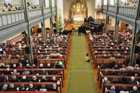 GODT BESATT: I følge tellingen til kirketjener Inger Johanne Østby var det 572 tilstede under gudstjenesten i Domkirken.