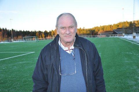 KUNSTGRESS: Her står Ole-Petter Westheim på den nyeste kunstgressmatta i idrettsparken.
