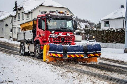 Alt av tilgengelig mannskap er ute på veiene mandag. Ifølge værvarselet vil det fortsette å snø helt frem til kvelden.