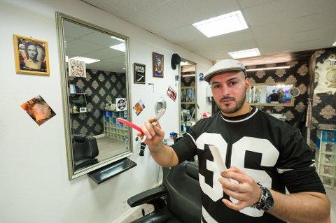 Koronapandemien har vært knalltøff for Hussain Sami. Nå har han knapt kunder innom barbershopen i Brogata.