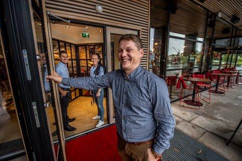 KLAR FOR NATTÅPENT: Hallgeir Hjeltnes, driftssjef TGI Fridays Norge, opplyser at kjeden er klare til å forlenge åpningstidene til 02.00 på natten allerede til helgen – hvis politikerne sier ja.