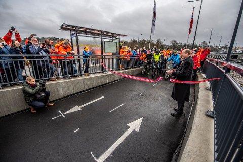 Statssekretær Anders B. Werp (H) fikk æren av å klippe snoren under den offisielle åpningen av Ørebekk-Simo fredag formiddag.