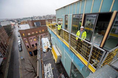 PÅ TOPPEN AV BYEN: Tommy Kleven (t.v.) fra Cityplan og Kenneth Bernhus fra Brick på terrassen til det som blir den største av de 17 nye leilighetene på toppen av Nygaardsgaten 33.