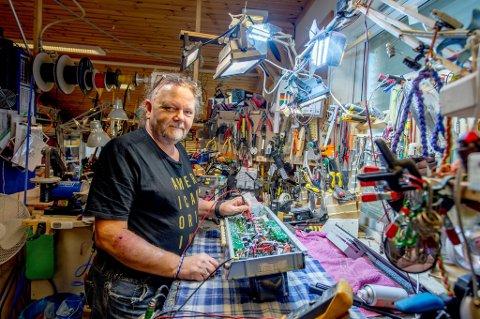 VIL HOLDE SEG AKTIV: Kun én uke etter en stor hjernesvulstoperasjon, var Ketil Boberg Andersen tilbake ved arbeidsbenken i Øivin Fjeld gitarverksted. Å reparere gitarer og forsterkere er en en aktivitet som betyr mye for 61-åringen.