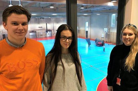 VALGKAMP: Maria Imrik (i midten) mener offentlig skole, SFO, og barnehage må styrkes. Det samme gjør Mathias Lind Høyning, leder for AUF Fredrikstad, og bystyrerepresentant for samme parti, Malin Krå Simonsen.