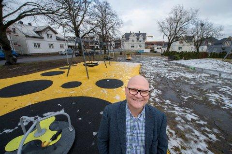Trives: Bengt Morten Wenstøb, kona Kristin Fauske Wenstøb og barna Noah og Josephine har det som plommen i egget på Holmen. – Urbant, sentrumsnært og multikulturelt, sier de om nærmiljøet.