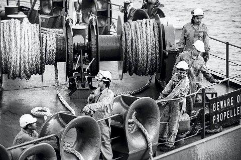 Risiko: Det å fortøye store skip, innebærer stor risiko både for mannskap om bord og i land. Det er viktig å ha godt drillet personell til slike operasjoner.