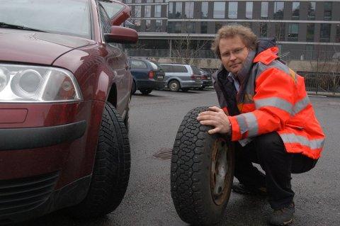 Tid for dekkskifte: Vinterdekk med og uten pigger må skiftes nå. På bildet er Pål Rosland, sjefingeniør i Statens vegvesen.