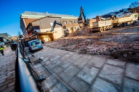 Cewexgården er jevnet med jorden. Nå skal gårdeier Haakon Tegneby avgjøre planene for eiendommen.