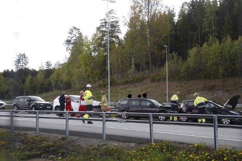 Det meldes om store materielle skader etter ulykken. Skadeomfanget er ukjent, men ambulansen tar med seg flere personer.
