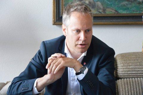 Bidrar. Orfører Jon-Ivar Nygård bidrar med tale og kransenedleggelse på frigjøringsdagen i Fredrikstad.