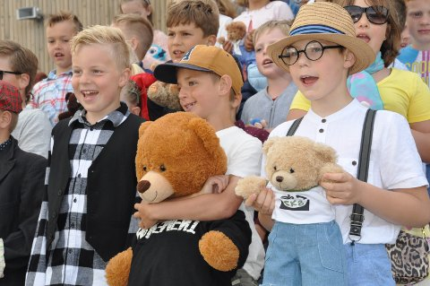 TEDDYBJØRN: Andre trinn av elevene sang og illusterte det med medbragte teddybjørner.