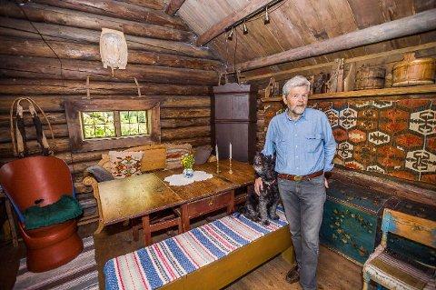Et annerledes hjem: Odd Skullerud samler på mye, blant annet gamle laftebygg fra 1700- og 1800-tallet. Her er han i det som tidligere var en smie ved Lillehammer. Den ble fraktet til eiendommen hans i Onsøy i 1982.