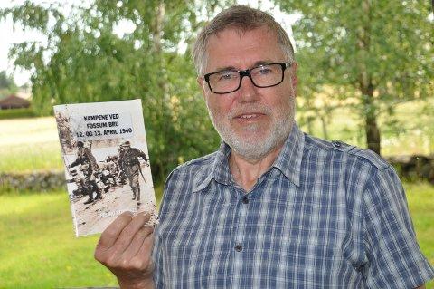NY BOK: Eigill Tangen har samlet og utgitt boken om sambygdingen Erling Strømnes som var med i kampene ved Fossum bru under krigen.