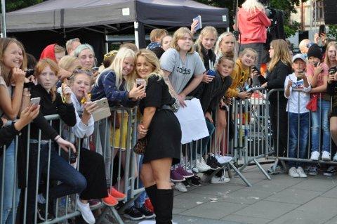 Hanna Martine Slåttland Baller (20) tok seg tid med fansen under utdelingen, hvor hun stakk av med prisen som «Årets forbilde»