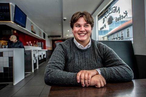 Yngstemann: Simon Appelberg Laabak kan kanskje få noen praktiske tips fra onklene Jorulf og Bjørnar i bystyret, men neppe politiske råd. 18-åringen er fra Ap, de to andre fra Høyre og Frp.