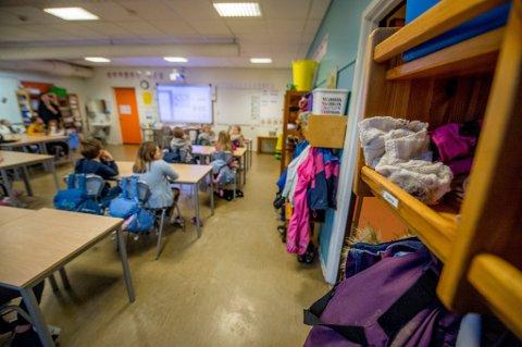 Utetøy i klasserommet: Begby skole er trangbodd, noe som blant annet betyr at noen av klassene på barnetrinnet ikke har garderobe til å henge fra seg yttertøyet. Skolen er den som får størst vekst i elevtallet det neste tiåret.