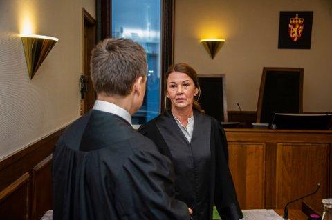 Aktor Siri Holden la ned påstand om 120 dagers fengsel. Her er hun i samtale med fornærmedes bistandsadvokat Espen H. Johansen før rettssaken torsdag.