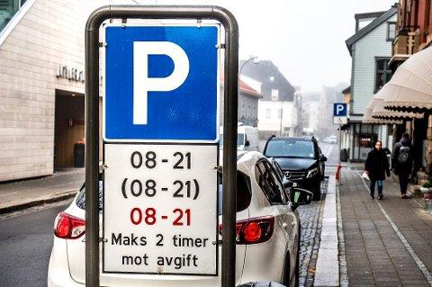Åtte kroner mer: Med nytt år kommer også nye parkeringspriser. I rød sone har satsen økt fra 41 til 49 kroner, som her i Storgata.