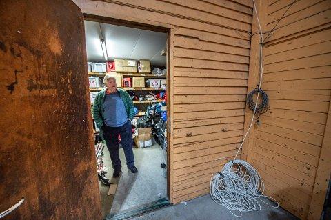 Jan G. Lund har vært fast inventar i Stjernehallen sidemn åpningen i 1970. Her er han i utstyrsrommet til hockeyskolen.
